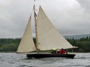 Latsch Segel: Sonderbau Tringa mit gerefftem Großsegel
