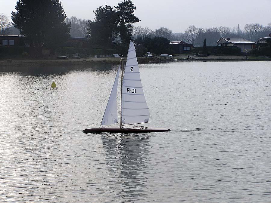 Z-Jolle mit Latsch Modellsegeln: Auch als Modellboot extrem elegant.