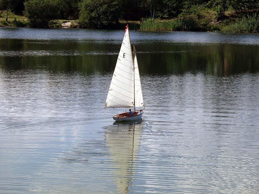 Schweriner J-Jolle mit Modellsegeln von Latsch auf dem Wasser