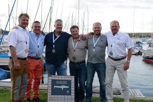 Siegertreppchen bei der P-Boot IDM - komplett mit Latsch Seglern. V.l. Jörg Rüterhenke (3.), Jens Dannhus (3.), Jochen Wolfram (1.), Thomas Budde (1.), Kai Wolfram (2.), Thomas Gote (2.). Bildrechte Sabine Stich.